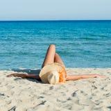 Sunbath på stranden Royaltyfri Bild