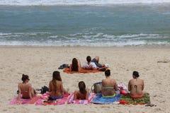 Sunbath in spiaggia di Arpoador in Rio de Janeiro Fotografie Stock Libere da Diritti