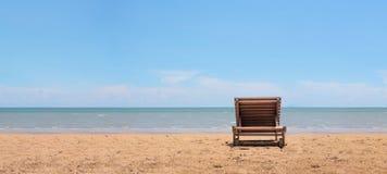 Sunbath stol p? stranden med bakgrund f?r klart bl? himmel Koppla av och semestra begreppet objekttema royaltyfria foton