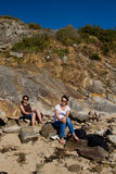 Sunbath sur la plage rocheuse Images libres de droits
