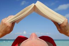 sunbather чтения Стоковая Фотография