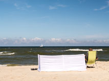 Sunbather bij het strand Royalty-vrije Stock Afbeeldingen