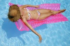 Sunbather de la piscina fotografía de archivo libre de regalías