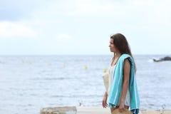 Sunbather frustrato sulla spiaggia in un giorno nuvoloso immagine stock libera da diritti