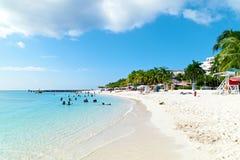 Sunbathers наслаждаясь днем на пляже стоковые фотографии rf