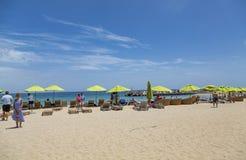 Sunbathers на пляже St Китс стоковые изображения rf