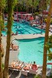 Sunbathers al fenicottero Hilton Hotel & allo stagno della località di soggiorno Immagine Stock Libera da Diritti
