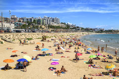 Sunbathers alla spiaggia di miracolo a Tarragona, Spagna Immagine Stock