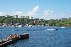 Sunbathers bei Hornsbergsstrand Stockfotos