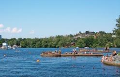 Sunbathers bei Hornsbergsstrand Stockfotografie