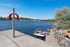 Sunbathers bei Hornsbergsstrand Stockbilder