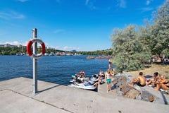 Sunbathers bei Hornsbergsstrand Lizenzfreie Stockfotografie