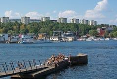 Sunbathers bei Hornsbergsstrand Lizenzfreies Stockfoto