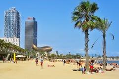 Sunbathers bij het Strand van La Barceloneta, in Barcelona, Spanje Royalty-vrije Stock Fotografie