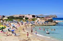 Sunbathers in Cala Conta setzen in San Antonio, Ibiza-Insel, Badekurort auf den Strand Lizenzfreie Stockfotografie