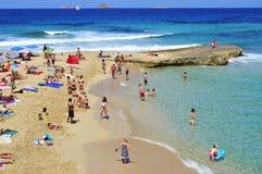 Sunbathers in Cala Conta setzen in San Antonio, Ibiza-Insel, Badekurort auf den Strand Stockfotografie