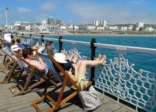 Sunbathers di Brighton Pier Palace Pier Brighton Wheel Fotografia Stock Libera da Diritti