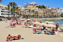 Sunbathers en plage de Ses Figueretes dans la ville d'Ibiza, Espagne Images libres de droits