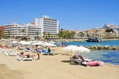 Sunbathers i den Ses Figueretes stranden i den Ibiza staden, Spanien Royaltyfri Foto