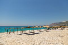 Sunbathers op het strand in Borsh-toevlucht, Albanië royalty-vrije stock fotografie