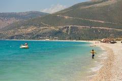 Sunbathers op het strand in Borsh-toevlucht, Albanië stock fotografie