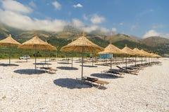 Sunbathers op het strand in Borsh-toevlucht, Albanië royalty-vrije stock foto's