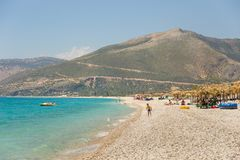 Sunbathers op het strand in Borsh-toevlucht, Albanië royalty-vrije stock afbeeldingen