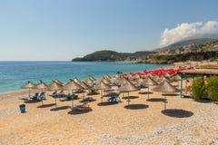 Sunbathers op het strand in Himare-toevlucht, Albanië stock afbeeldingen