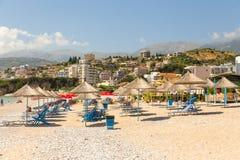 Sunbathers op het strand in Himare-toevlucht, Albanië royalty-vrije stock foto's