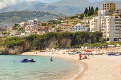 Sunbathers op het strand in Himare-toevlucht, Albanië stock fotografie