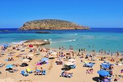 Sunbathers på Cala Conta sätter på land i San Antonio, den Ibiza ön, Spa Royaltyfri Bild