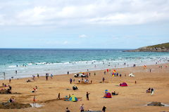 Sunbathers, plage de Newquay, Cornouailles Image stock