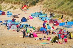 Sunbathers, spiaggia di Fistral, Cornovaglia Immagine Stock