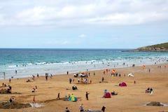 Sunbathers, spiaggia di Newquay, Cornovaglia Immagine Stock