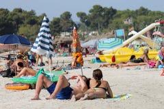 Sunbathers sulla spiaggia spagnola Fotografia Stock