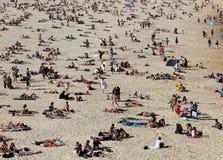 Sunbathers sur la plage célèbre de Bondi Photos libres de droits