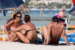Sunbathers sur la plage espagnole Photographie stock