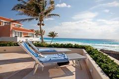 2 Sunbathing стула к океану Стоковые Изображения RF