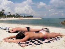 Sunbathing em topless do biquini Fotos de Stock Royalty Free