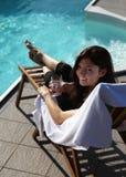 Sunbathing em uma cadeira de plataforma Imagem de Stock