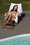 Sunbathing em uma cadeira de plataforma Fotografia de Stock Royalty Free