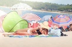 Sunbathing na praia Fotografia de Stock Royalty Free