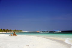 Sunbathing no paraíso tropical Foto de Stock