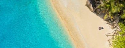 Sunbathing w tropikalnym raju Zdjęcia Royalty Free