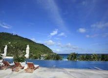 Sunbaths en la piscina imagen de archivo