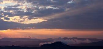 Sunbeam över berg arkivfoton