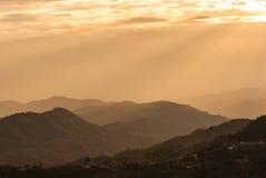 Sunbeam auf Gebirgslandschaft und nebelhaftes Stockfotografie