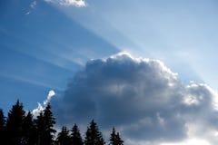Sunbeam bój przeciw dużej chmurze przy niebieskim niebem fotografia royalty free