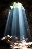 Sunbeam i grotta royaltyfria bilder