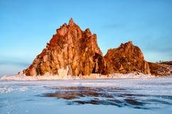 Sunbeam nad Shamanka skałą blisko Khuzhir w opóźnionej zimie w wieczór zmierzchu czasie zdjęcie stock